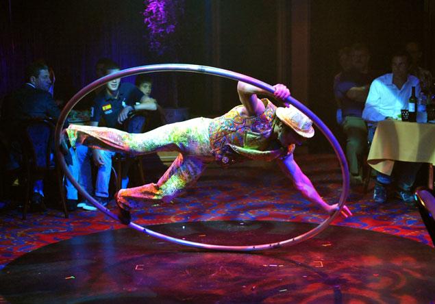 Spectacle mêlant cirque et cabaret à bord